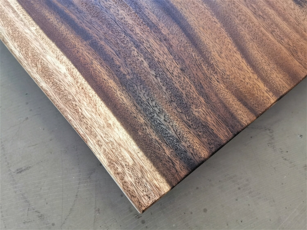 Akazie Tischplatte mit Baumkante