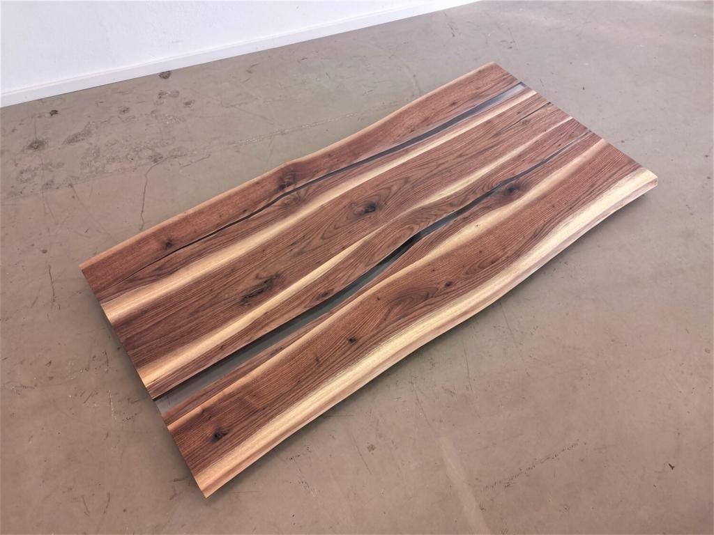 Nussbaum Tischplatte mit Baumkante   Epoxi