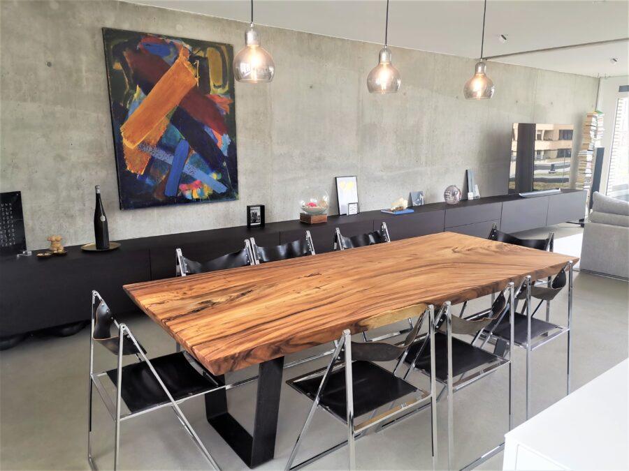 massivholz-esstisch-baumplatte-akazie-kufengestell_03
